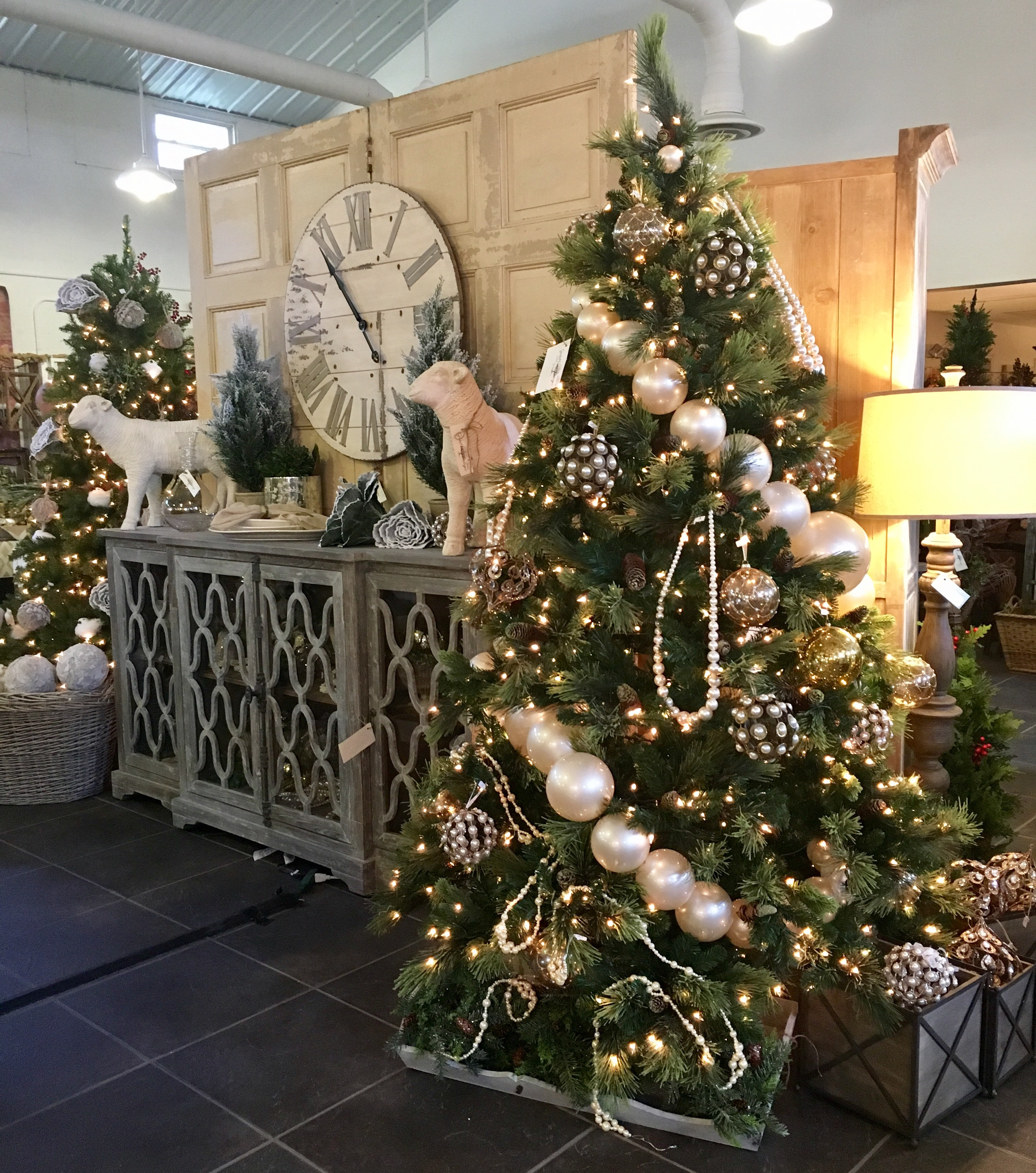 How To Decorate Shops: Christmas Vintage Decor Shopping Tour